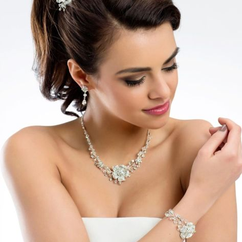 Beautiful bracelet with rhinestones and crystal stones. Meticulously crafted, silver plated and nickel free.